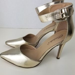 Breckelle's gold pointy toe heels size 8.5